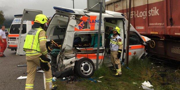 Horror-Crash: Rettungswagen von Zug erfasst