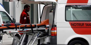 Auto landet in Bach: Lenkerin schwer verletzt