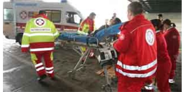Zwei Schwerverletzte nach Auffahrunfall auf A12
