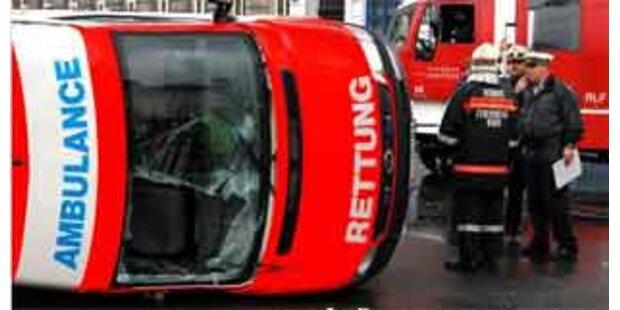 Rettungsauto krachte in Kärnten gegen Leitungsmast