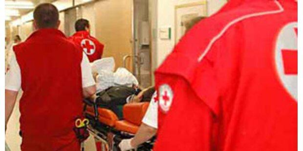 Notfallpatient bei Minusgraden im Freien platziert
