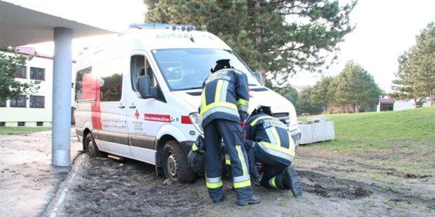 Rettungsauto blieb im Schlamm stecken