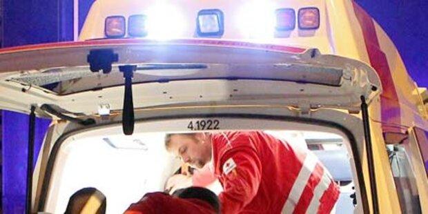 Auto kracht in Rettungswagen - vier Verletzte