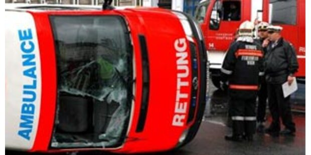 Rettung krachte in Pkw - Sieben Verletzte