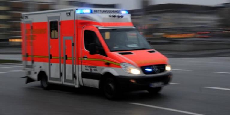 NÖ: Autofahrerin crashte auf wendendem Lkw