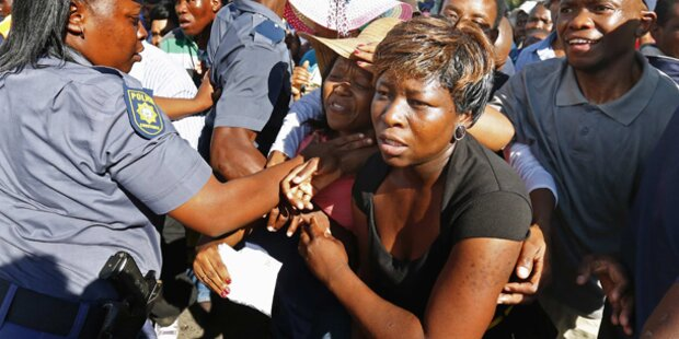 Hunderte stürmten zu Mandelas Sarg