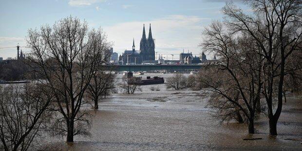 Der Rhein tritt über die Ufer
