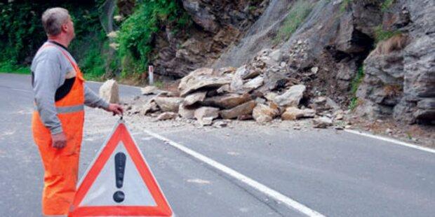 Gesperrt: Felsen stürzten auf Straße