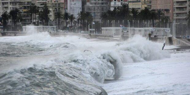 Monsterwellen brechen über Cannes herein