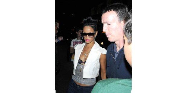 Sexy Rihanna feiert im BH