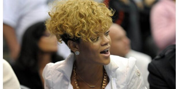 Rihanna überrascht mit Locken-Wirrwarr