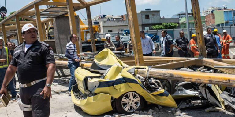 Truck rast in Fußgängerbrücke: 4 Tote