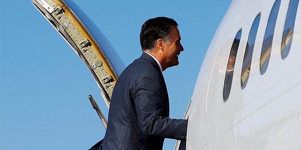 Mitt Romney auf dem Flughafen von Bedford, Ma.