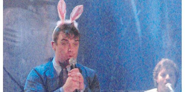 Robbie Williams singt mit Hasenohren