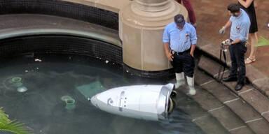 Roboter-Polizist in Brunnen gestürzt