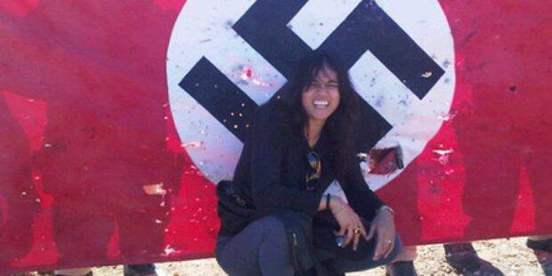 Rodriguez posiert vor Hakenkreuz-Flagge