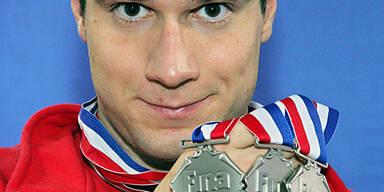 Markus Rogan präsentiert seine drei Silbermedaillen aus Shanghai; (c) GEPA