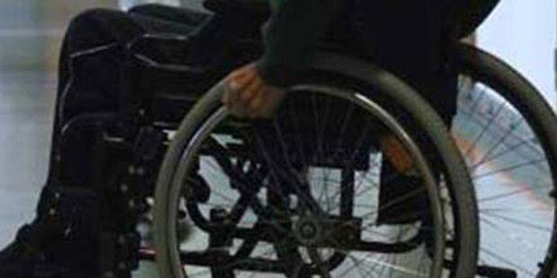 Rollstuhlfahrer von Teenagern ausgeraubt