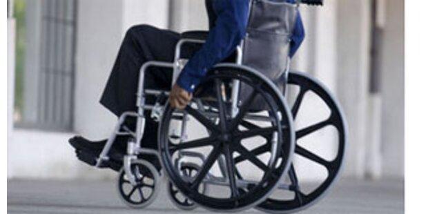 Pensionistin mit Rollstuhl auf deutscher Autobahn