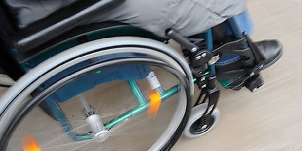 Rollstuhl-Fahrer sticht eigene Mutter nieder