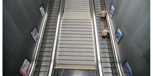 Pensionistin auf Rolltreppe stranguliert