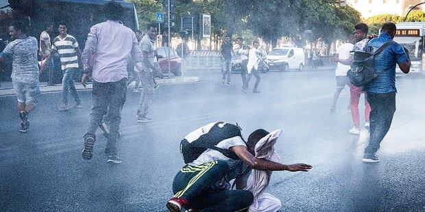 Polizei räumt von Migranten besetzten Platz