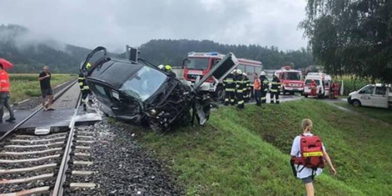 Vater & Tochter crashten mit Pkw in Zug - 27-Jährige tot