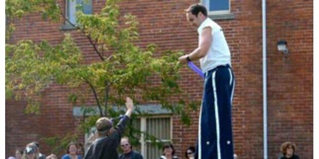 Zirkusartist stakte mit 17m-Stelzen zu Rekord