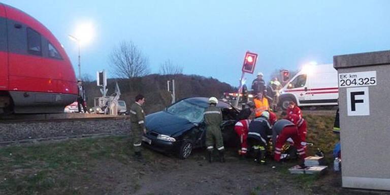 Pkw-Lenker stirbt bei Crash mit Zug
