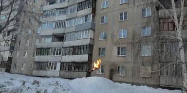 Irre: Erst Feuer dann Sprung vom Dach!
