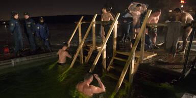 Russen gehen bei Minusgraden baden