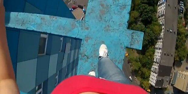 Video: Russin filmt Balanceakt auf Dach