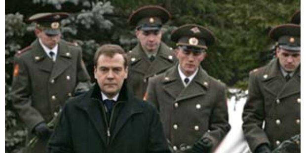 Russische Offiziere zu dick für neue Uniformen