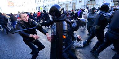 Polizei schlägt Anti-Putin-Demos brutal nieder
