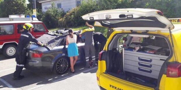 Kleinkind bei 27 Grad in heißem Auto eingesperrt