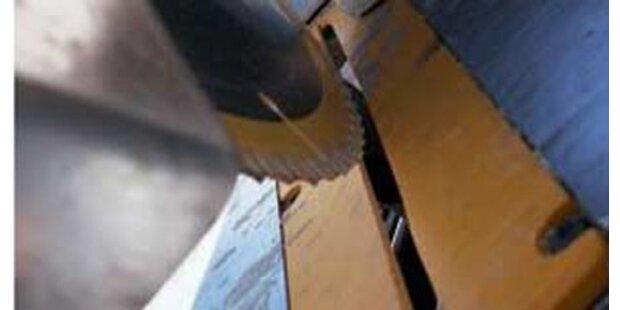 Innviertler gerät mit Hand in Sägeblatt