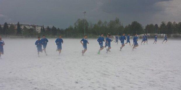 Fußball-Training im Hagelsturm