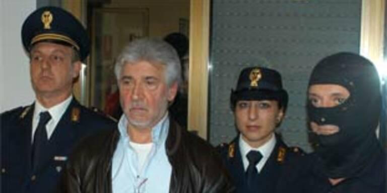Salvatore Lo Piccolo (zweiter von links) wird von drei italienischen Polizisten abgeführt.
