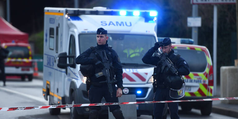 Terror-Hintergrund nach Messerattacke bei Paris nicht ausgeschlossen