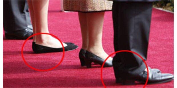 Sarkozy mit hochhackigen Schuhen bei der Queen