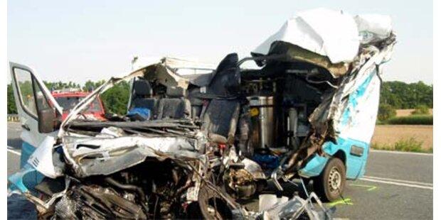 Bei Unfall von eigenem LKW erdrückt