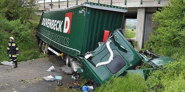 Sattelschlepper stürzt von Westautobahn