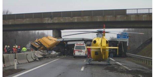 Lkw krachte in Eisenbahnbrücke bei Parndorf