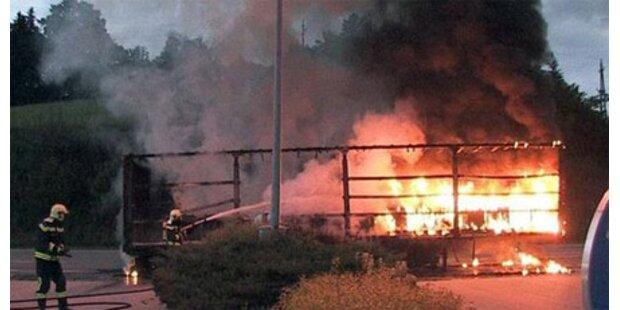 Lkw mit Bleiakkus geriet in Brand