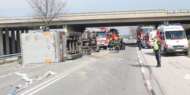 Sattelzug bei Wiener Neustadt umgestürzt