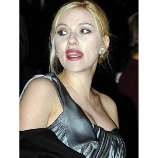 Scarlett Johansson Nacktbilder Waren Für Ehemann Ryan Reynolds