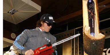 Ski-Komiker Rainer Schönfelder als Holzfäller am Freitag bei der Präsentation seines neuen Skis im Casino in Kitzbühel.