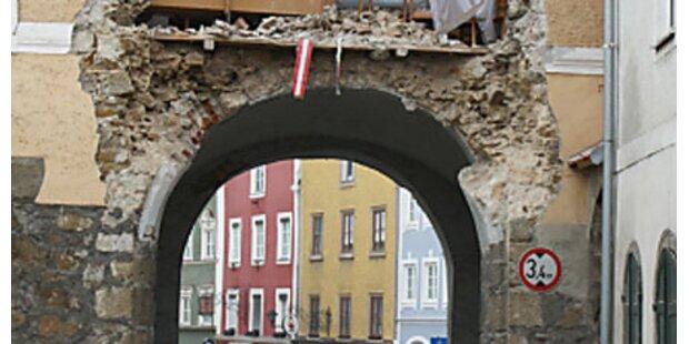 Lkw zerstört Stadttor von Schärding