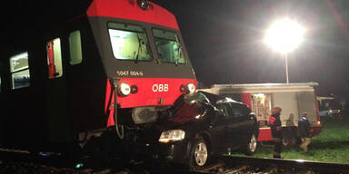 Pkw von Zug erfasst: 2 Verletzte