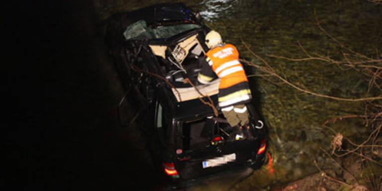 Mit Auto in Fluss gestürzt - tot